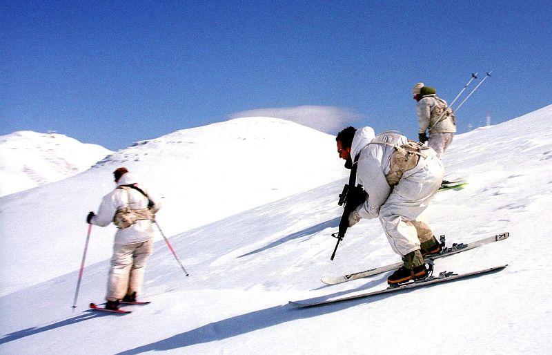 Израильские военнослужащие изподразделения альпинистов на лыжах.