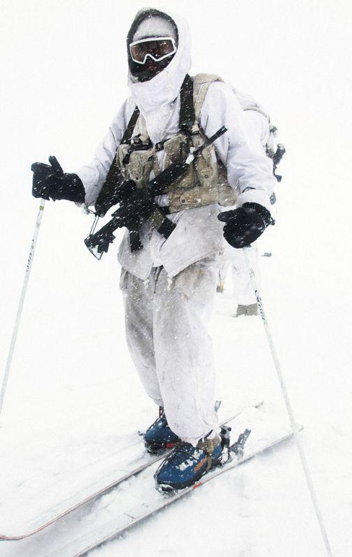 Военнослужащий ВС Израиля в полном обмундировании на лыжах, 22 января 2012 года.